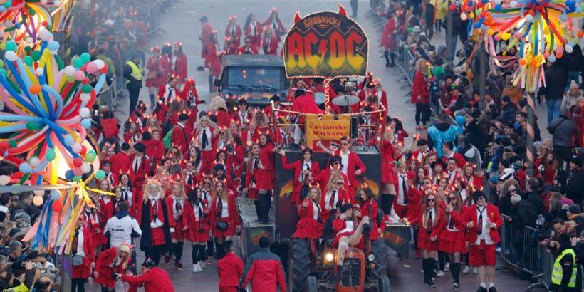 Karneval in Rijeka - jeder Paradewagen hat sein eigenes Motto, das reicht von politischen Ulkereien, über Filmfiguren, bis hin zu bunt dekorierten Tourbussen für Rockbands (ACDC)