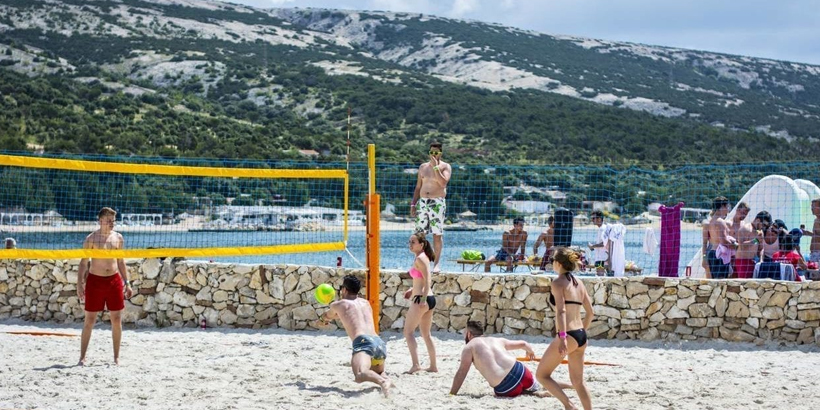 https://www.lust-auf-kroatien.de/wp-content/uploads/2019/07/Camping-Village-Šimuni-Volleyball.jpg