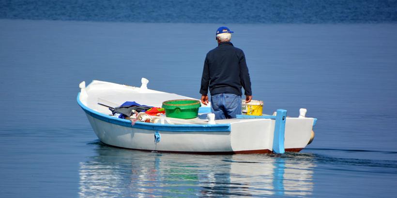 Einkehren in der Sardellenstadt Fažana Fischer auf Boot