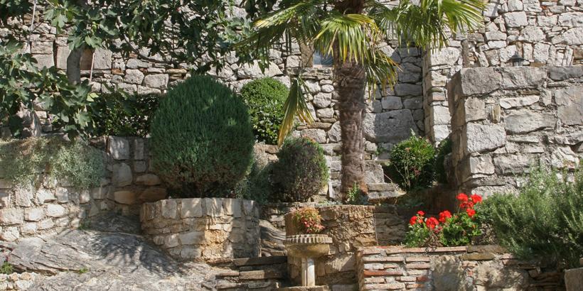 Hum - Kroatien mit kleinen idyllischen Gärten