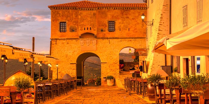 Motovun Kroatien, landestypische Konobar mit wunderschönem Ausblick