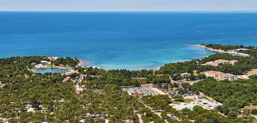 Bucht mit türkisblauem Wasser vor Umag