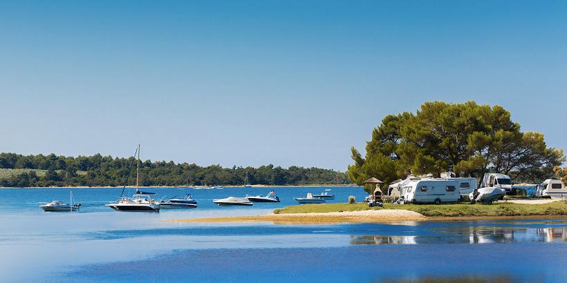FKK Kroatien Camping - Campingplatz mit Blick auf die vorbeifahrenden Boote