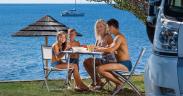 Familie beim Frühstück am Meer - Camping Zelena Laguna - Istra Camping