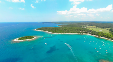 Insel Kolona im türkisblauen Meer vor der Küste Istriens