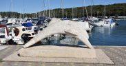 Pula Skulptur Delfin in Marina Veruda - dahinter Boote und Yachten