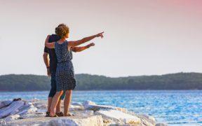 Pula für Verliebte - Paar romantisch am Meer