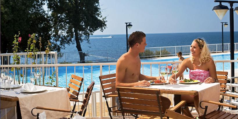 Restaurant mit Pool- und Meerblick im Solaris Camping Resort