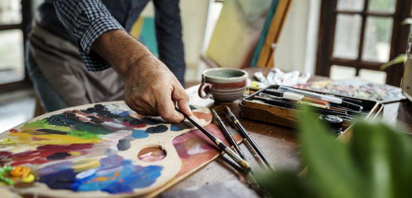 Stadtgalerie Pula - Kunstausstellung - Künstler bei der Arbeit mit Farben