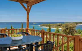 Terrasse einer festen Wohneinheit mit Meerblick im Orsera Camping Resort von Vrsar