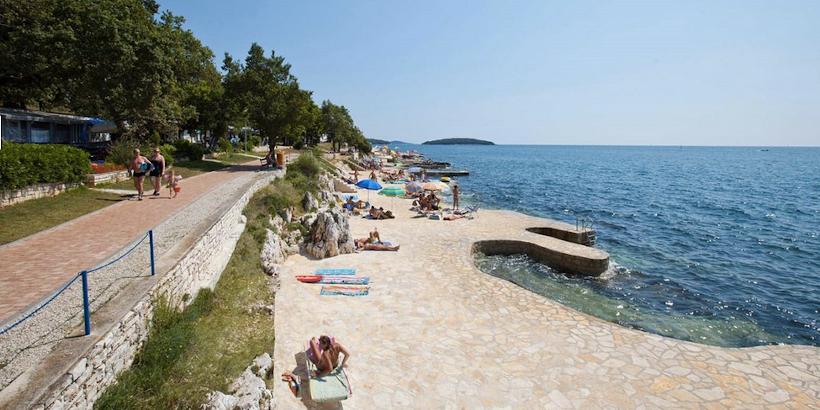 Uferpromenade von Zelena - Menschen beim Sonnenbaden