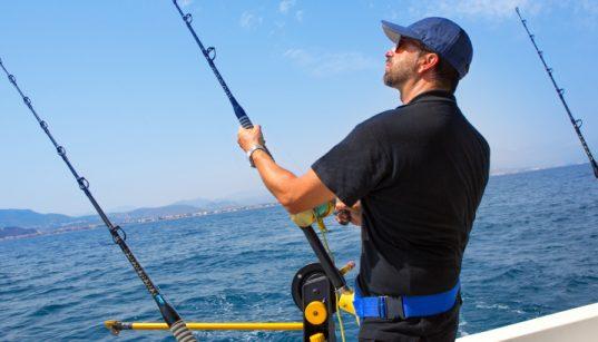 Angler auf Boot im Meer - Angeln mit Drohne auf hoher See