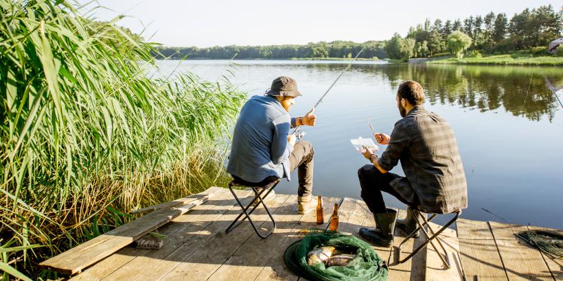 Angler auf Holzsteg an See - Angeln in Kroatien - Angelurlaub