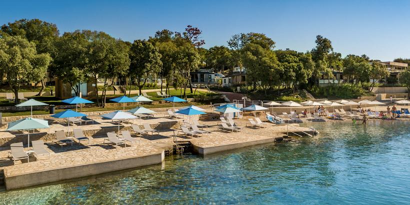 Befestigter Boden mit Sonnenliegen im Istra Premium Camping