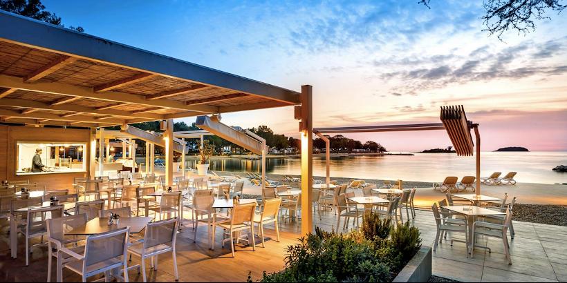 Blue Bar zur blauen Stunde bei Sonnenuntergang am Meer