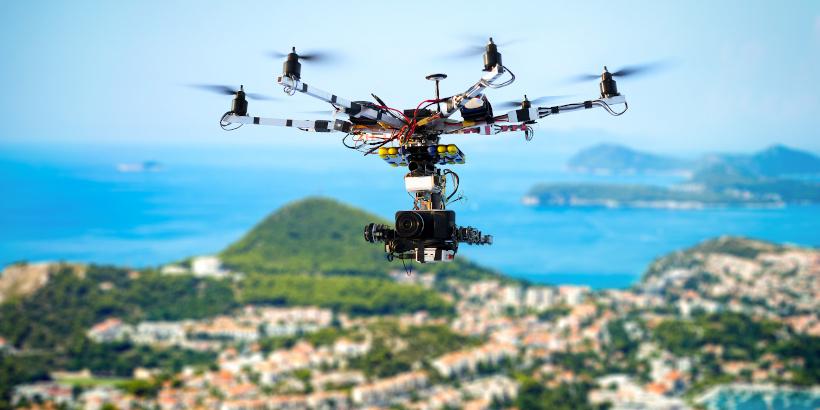 Drohnen fliegen in Kroatien - fliegende Filmkamera über dem Meer