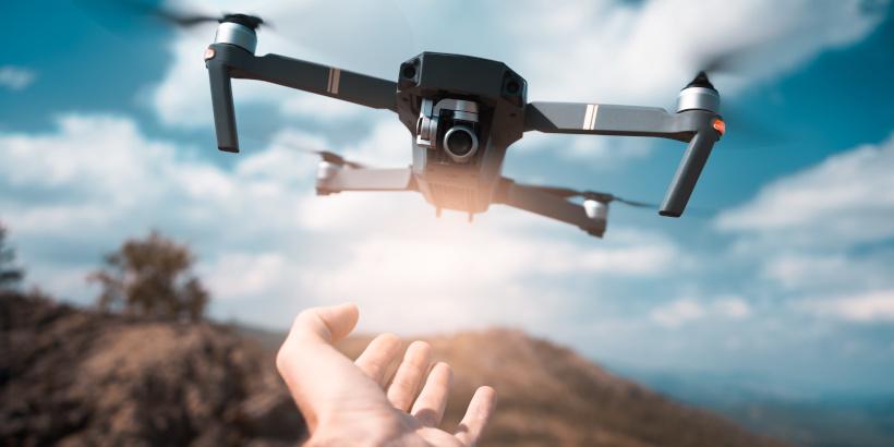 Fliegende Drohne über Hand - FAQ Drohnen Kroatien - Häufig gestellte Fragen - Drohne Kroatien Erfahrungen