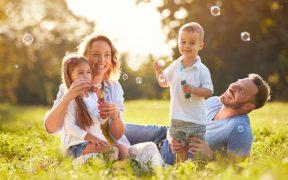 Familie macht Seifenblasen - Spielerisch Pula mit Kindern entdecken