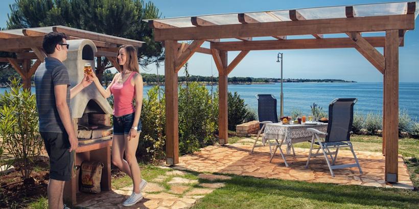 Gemütlicher Grill- und Essbereich im Freien von Camping Park Umag mit Meerblick