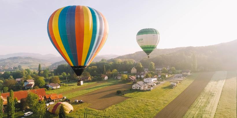 Heißluftballonrennen in Krapina Zagorje - Bunter Heißluftballon Kroatien