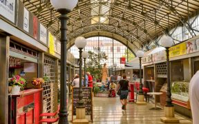 Markthalle vom Pula Markt - frische Lebensmittel und Restaurants