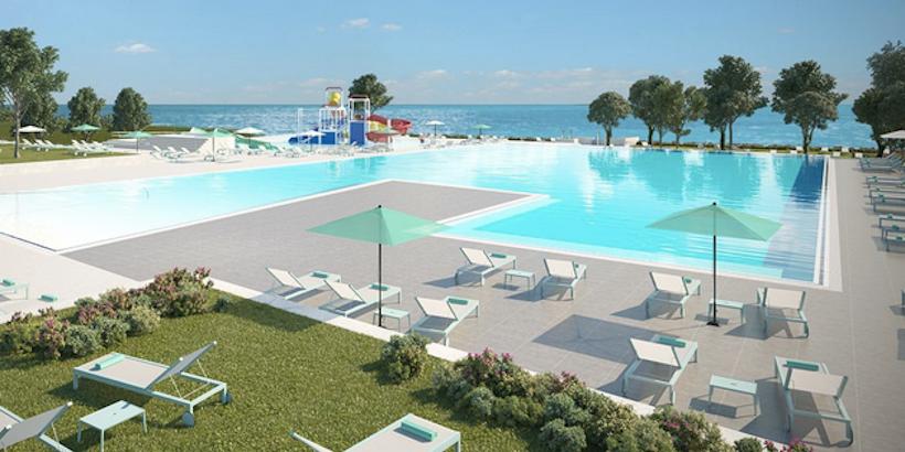 Poolbereich des Campingplatzes mit Panoramasicht auf das Meer