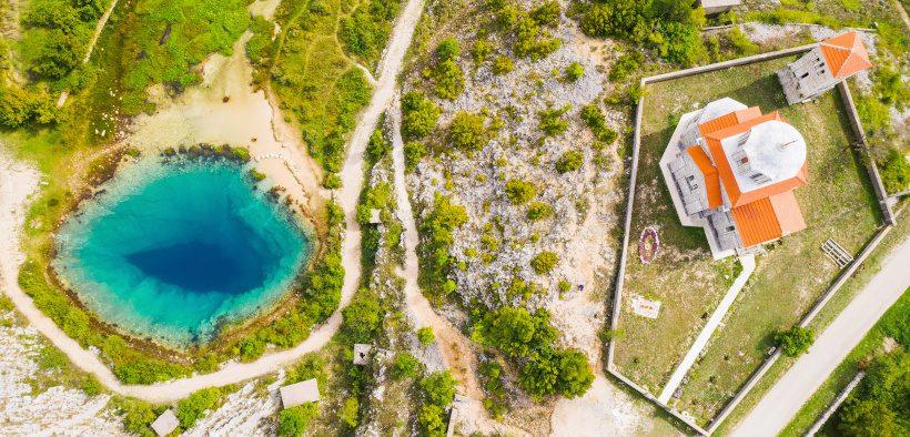"""Quelle Glavaš vom Fluss Cetina - Das Drachenauge oder """"Blue eye"""" neben Kapelle"""