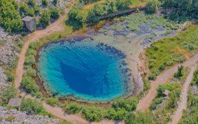Türkise Quelle Glavaš von Fluss Cetina - Höhlentauchen im Blue eye
