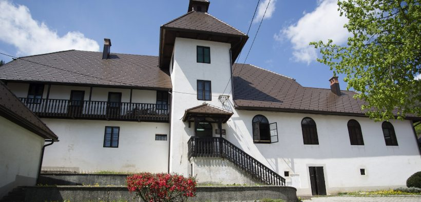 Schloss Zrinksi in Čabar an sonnigem Tag bei blauem Himmel