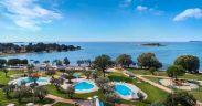 Swimmingpool und Spielplatz am Adriaufer von Camping Polari nahe Rovinj in Istrien