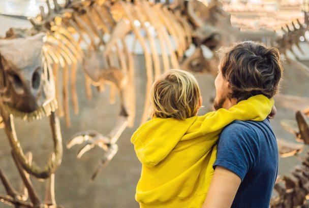 Vater und Sohn bestaunen Skelett von Dinosaurier - Naturhistorisches Museum Rijeka