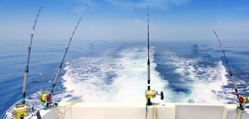Angelruten auf dem Boot zum Angeln im Meer