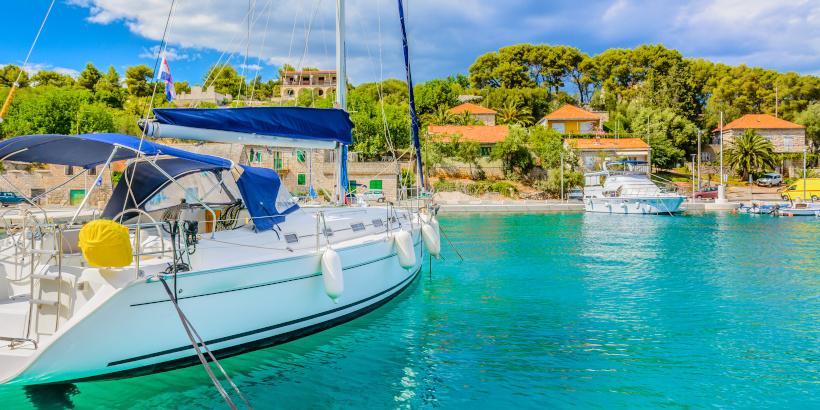 Boote in der türkisen Adria Kroatiens - Idyll zum Segeln und für Motorboote