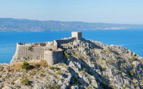 Die Festung Starigrad thront hoch über Omiš und der Adria - Starigrad Fortress