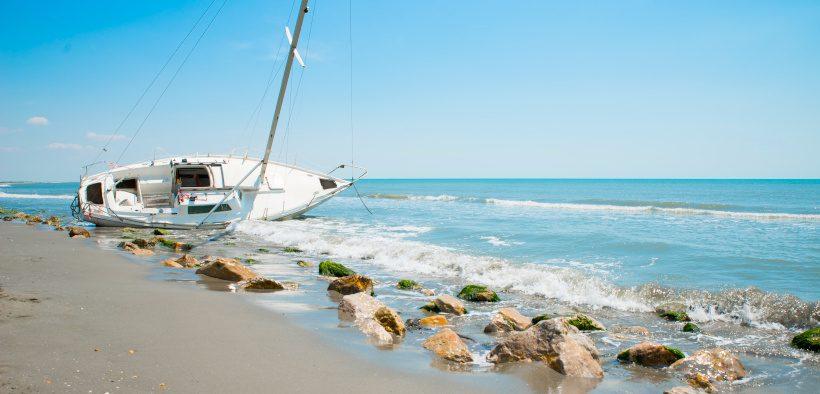 Gestrandetes Boot am Strand - Bootsversicherung Kroatien - Versicherungspflicht für Boote
