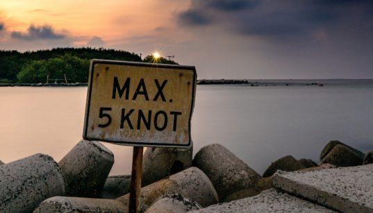 Hinweisschild über maximal 5 Knoten - Verkehrsvorschriften für Sportboote