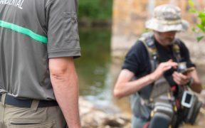 Kontrolleur überprüft den Angelschein eines Fischers