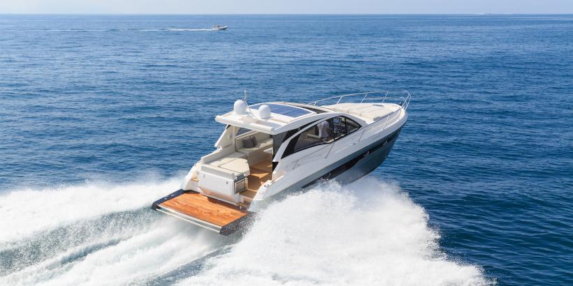 Luxuriöses Motorboot in der tiefblauen Adria in Kroatien
