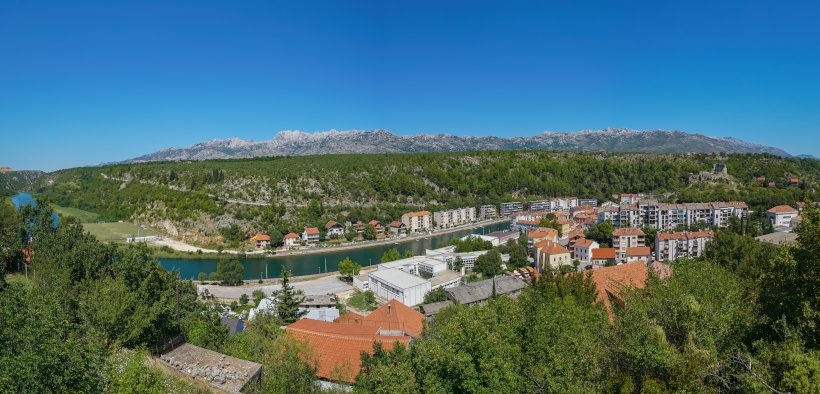 Obrovac ist die kleine Stadt am Fluss Zrmanja mit Blick auf das Velebit-Gebirge