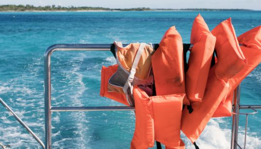 Rettungswesten am Boot bei voller Fahrt - Bootsausrüstung für Kroatien