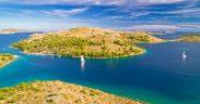 Segeltörn Kornaten auf smaragdgrünem Wasser - Nationalpark Kornaten mit Boot.jpeg
