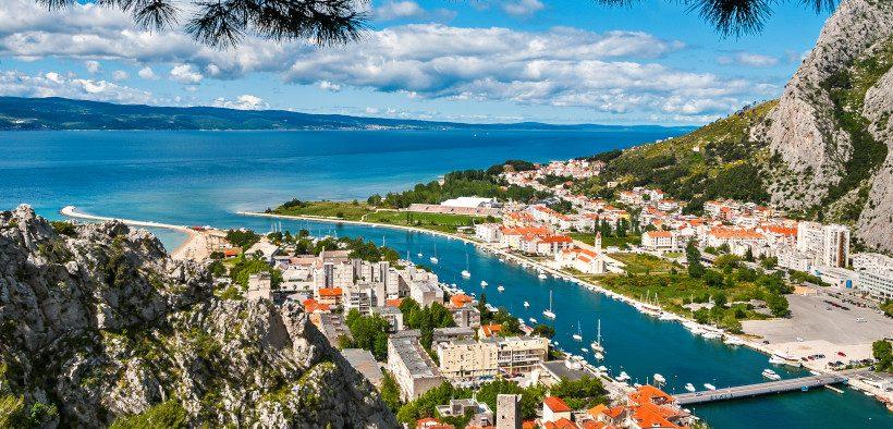Stadt Omiš in Dalmatien am Fluss Cetina - alte Piratenstadt an der Adria in Dalmatien