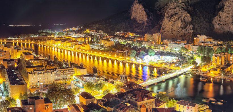 Stadt Omiš am Fluss Cetina bei Nacht und außergewöhnliche Locations