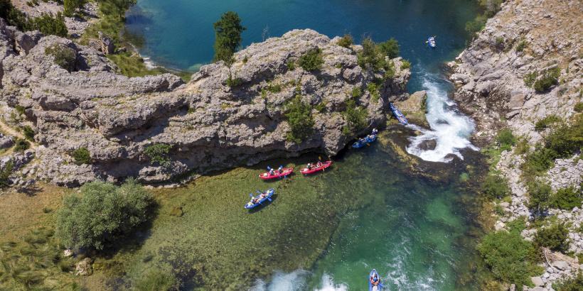 Wildwasser Rafting am Fluss Zrmanja - Kajaks bei der Durchfahrt in einer Wasserenge
