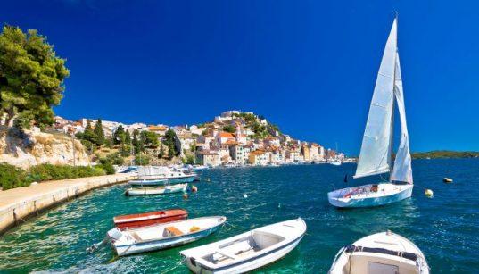 Beim Wind Maestral hissen Skipper gerne die Segel - beste Voraussetzungen für einen Törn bei schönem Wetter - Sibenik