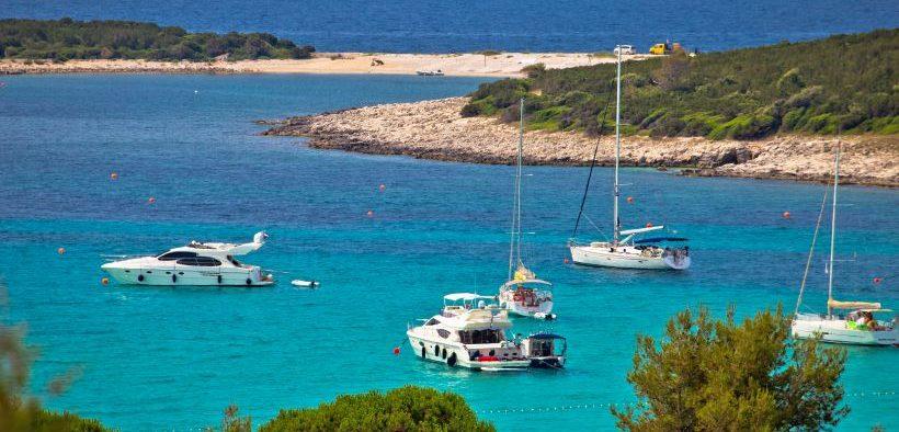 Boote in der Bucht vom Strand Sakarun auf der Insel Dugi Otok - Segelrouten in Kroatien - beliebte Reviere der Adria