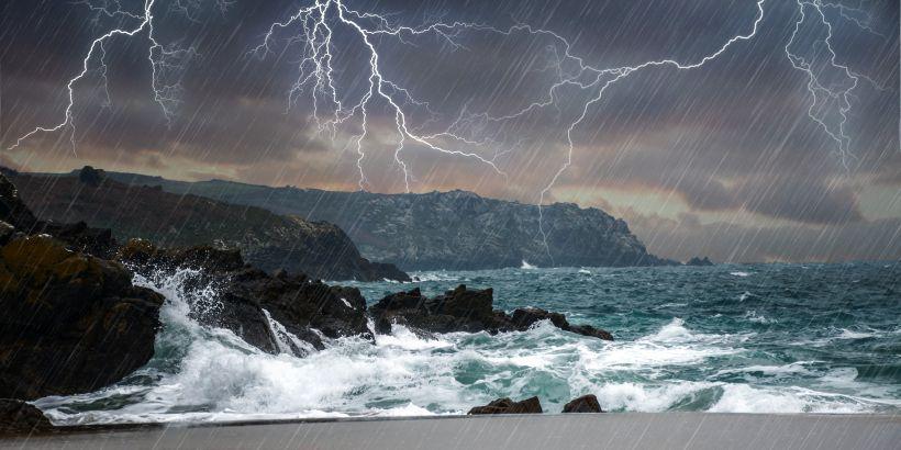 Der Wind Jugo bringt neben Regen und kräftigen Wellen auch Blitz und Donner an die Adria