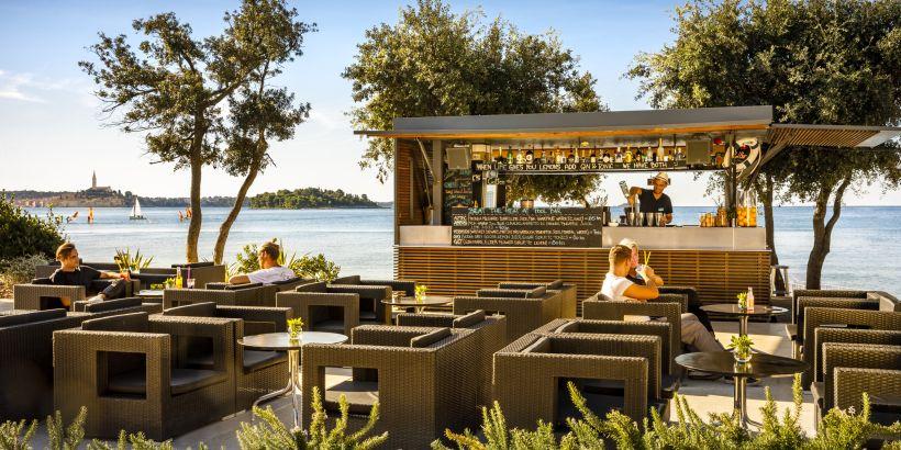 Entspannte Gäste in der Pool Bar vom Resort Amarin mit Blick auf Rovinj