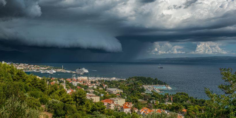 Gefährliche Wolkenbildung über dem Meer bei Split - der Wind Bora zieht auf