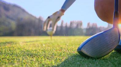 Golf bereitet sich auf den Abschlag vor unter Einhaltung der Golfregeln